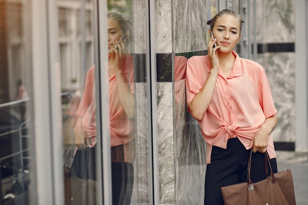 Elegancka i stylowa dziewczyna w letnim mieście
