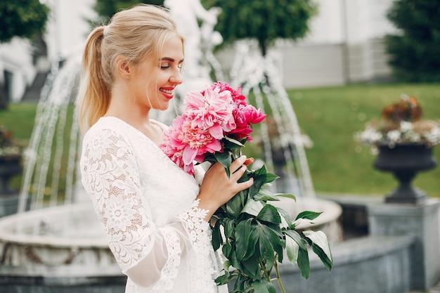 Elegancka i stylowa dziewczyna w letnim ogrodzie