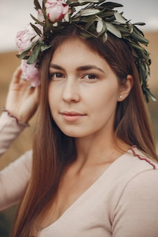 Elegancka i stylowa dziewczyna w letnim polu