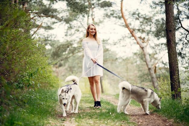Elegancka i stylowa dziewczyna w parku wiosny