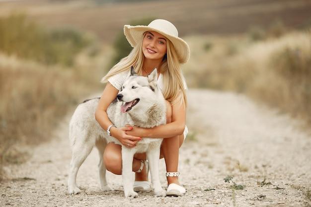 Elegancka i stylowa dziewczyna w polu jesienią