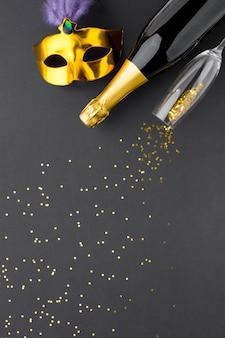 Elegancka karnawałowa maska z szampanem i brokatem