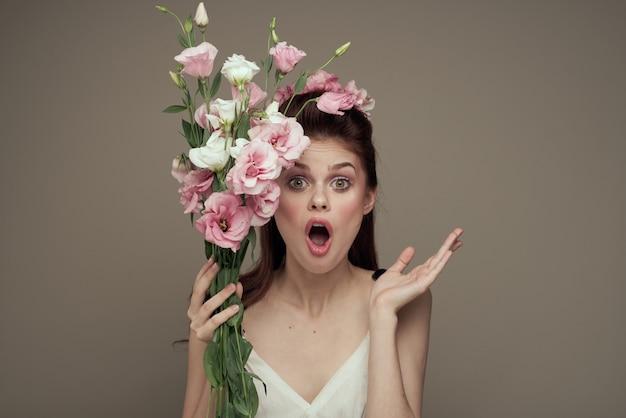 Elegancka kobieta bukiet kwiatów emocja