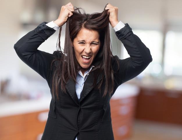 Elegancka kobieta ciągnąc ją za włosy