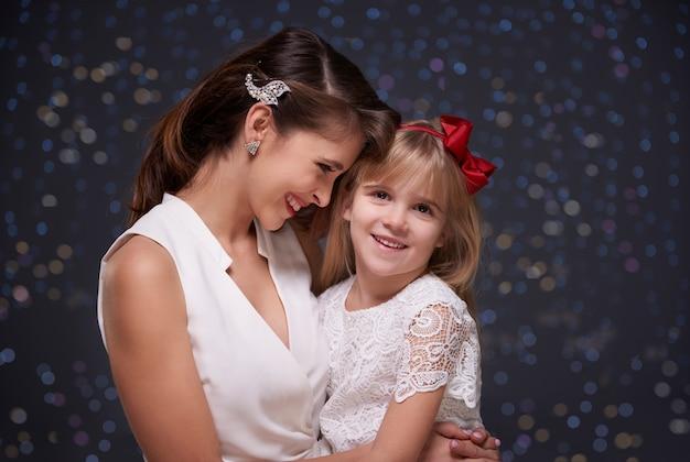 Elegancka kobieta i jej urocza córka