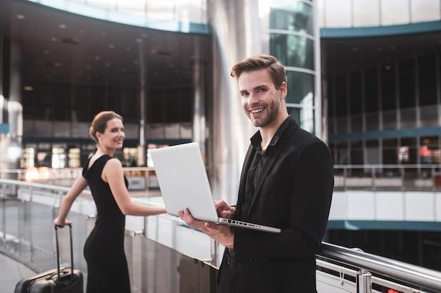 Elegancka kobieta i mężczyzna pracujący na lotnisku