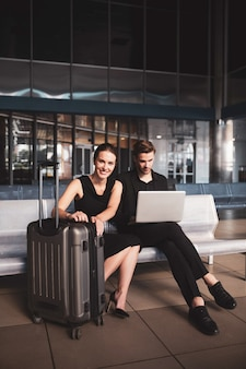 Elegancka kobieta i mężczyzna pracuje na laptopie na lotnisku