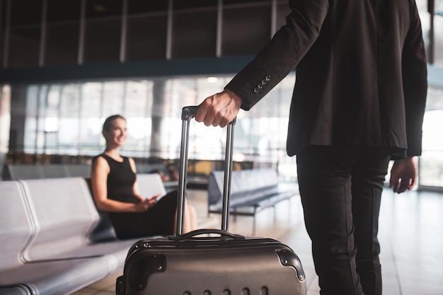 Elegancka kobieta i mężczyzna spotkanie na lotnisku