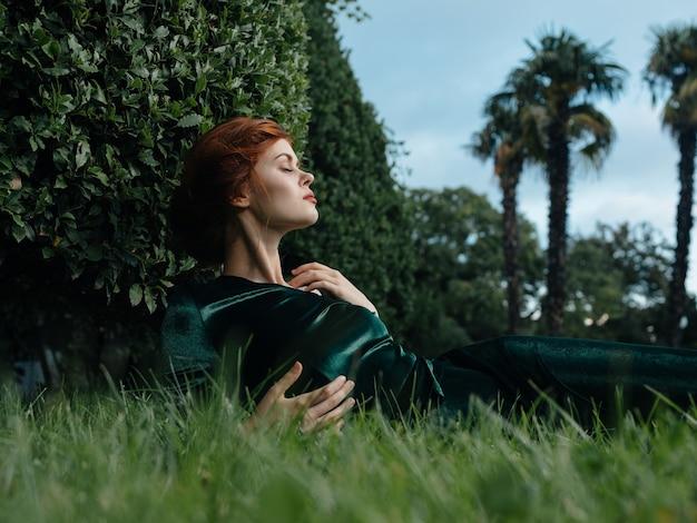 Elegancka kobieta leży na trawie na zewnątrz natura luksusowa dekoracja. wysokiej jakości zdjęcie