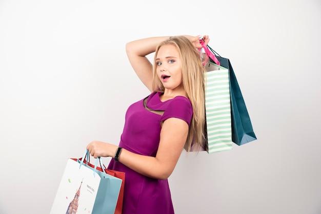 Elegancka kobieta niosąca kolorowe torby na zakupy. wysokiej jakości zdjęcie