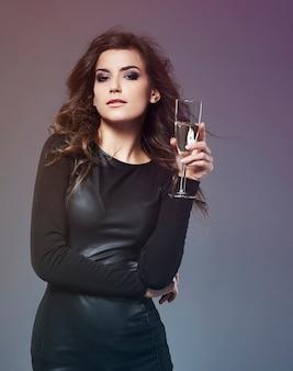 Elegancka kobieta pije luksusowy szampan