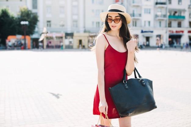Elegancka kobieta pozuje outdoors w lecie