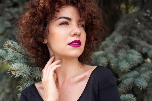 Elegancka kobieta pozuje wewnątrz outdoors