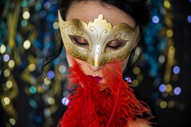 Elegancka kobieta świętuje wenecki karnawał