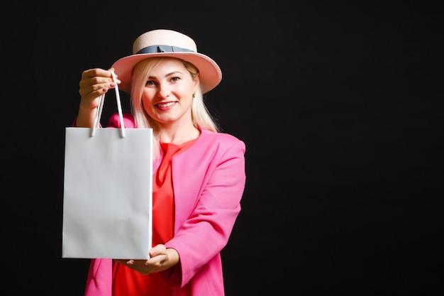 Elegancka kobieta trzymająca torby na zakupy, koncepcja czarnego piątku