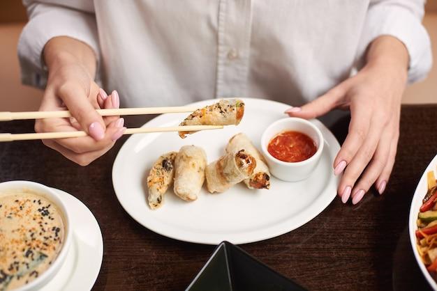 Elegancka kobieta w białej bluzce kolację w restauracji.