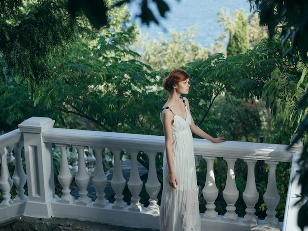 Elegancka kobieta w białej sukni greckiej księżniczki w parku. zdjęcie wysokiej jakości