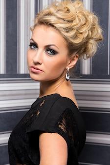 Elegancka kobieta w czarnej sukni
