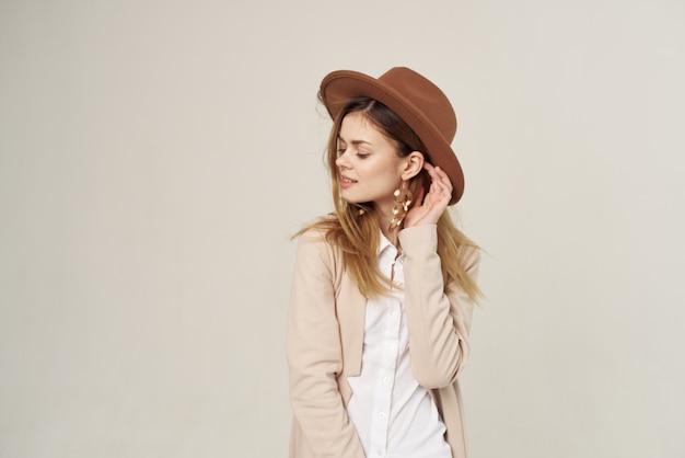 Elegancka kobieta w kapeluszu zdobienia ubrań studio mody luksusu