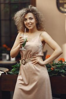 Elegancka kobieta w letnim mieście