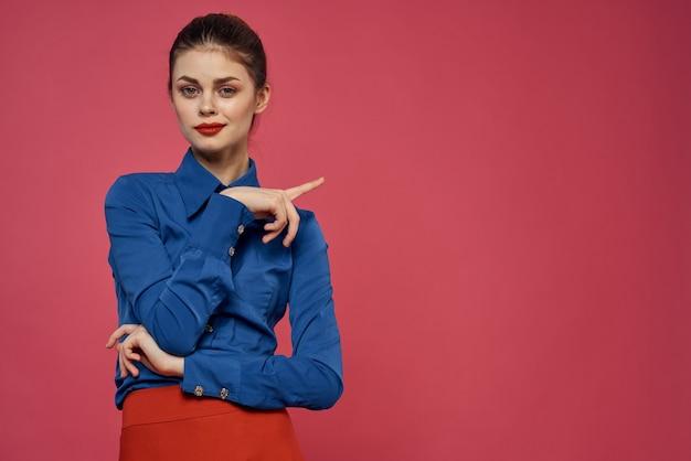 Elegancka kobieta w stylu formalnym niebieska koszula różowym tle