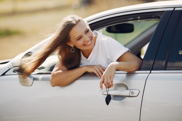 Elegancka kobieta wygląda przez okno samochodu