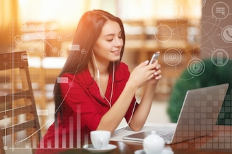 Elegancka kobieta z laptopem słuchanie muzyki