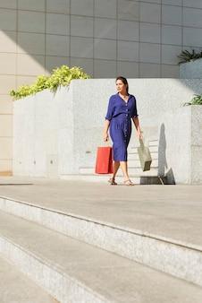 Elegancka kobieta z torbami na zakupy