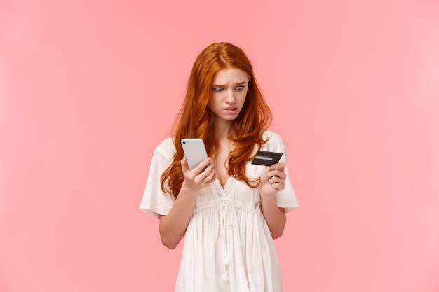 Elegancka kobieta za pomocą telefonu komórkowego i karty kredytowej