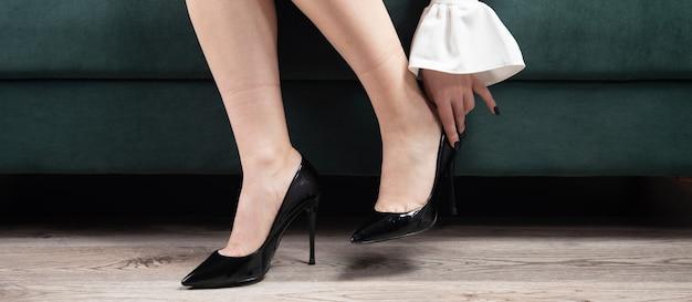 Elegancka kobieta zdejmująca buty w domu