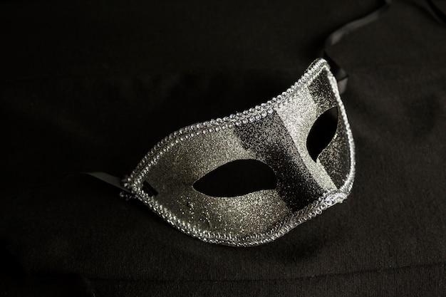 Elegancka kompozycja z maską weneckiego karnawału