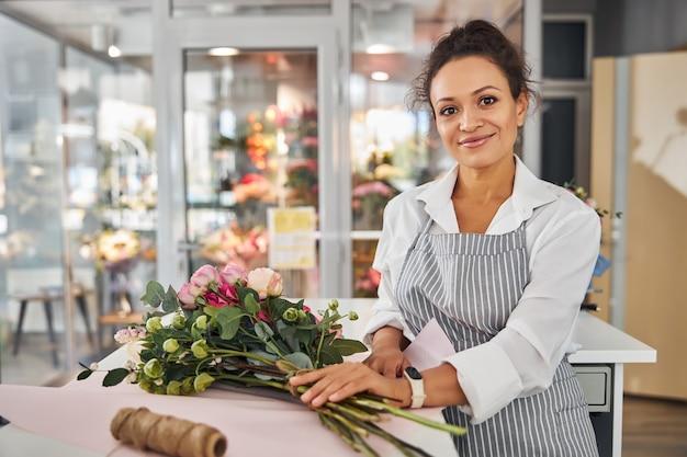 Elegancka kwiaciarnia stojąca przy gustownym bukiecie