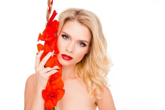 Elegancka ładna blondynka z czerwonymi ustami trzyma mieczyk
