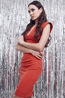 Elegancka latynoska brunetki kobieta w luksusowej czerwonej sukni