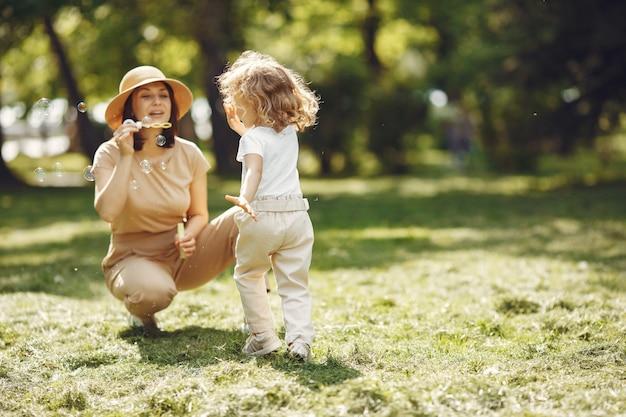 Elegancka matka z córką w letnim lesie
