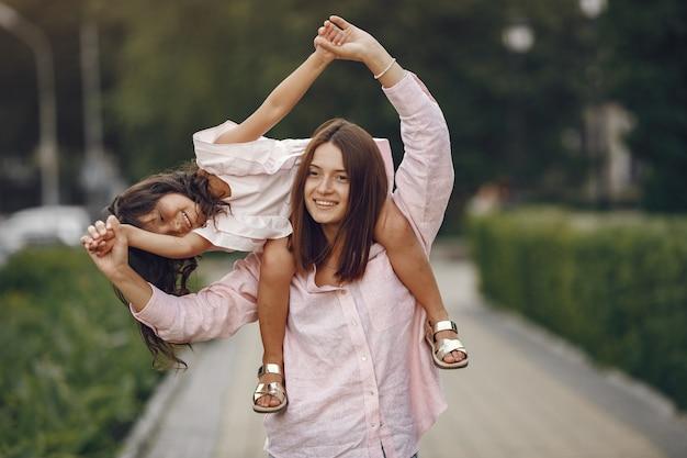 Elegancka matka z córką w letnim parku