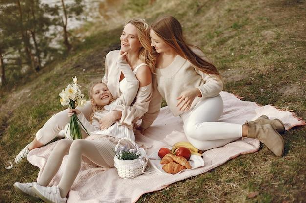 Elegancka matka z dziećmi w letnim lesie