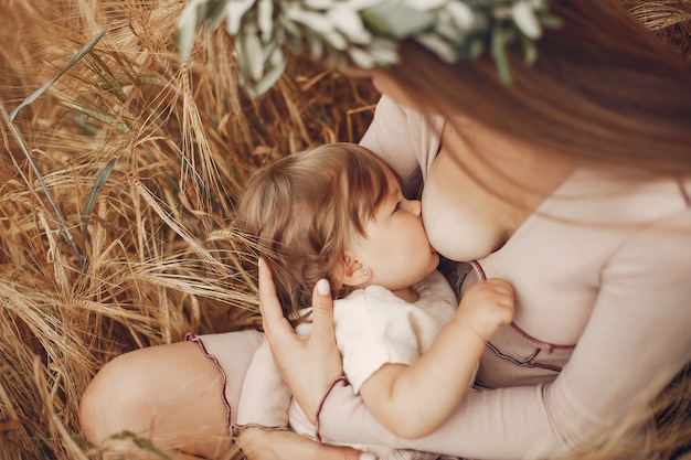 Elegancka matka z śliczną małą córką w polu