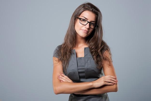Elegancka młoda bizneswoman pozuje