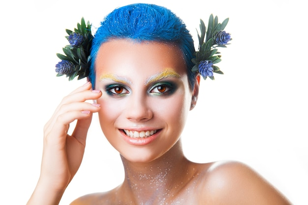 Elegancka młoda dziewczyna z wielokolorowym makijażem uśmiecha się na aparat studio strzał na białym tle