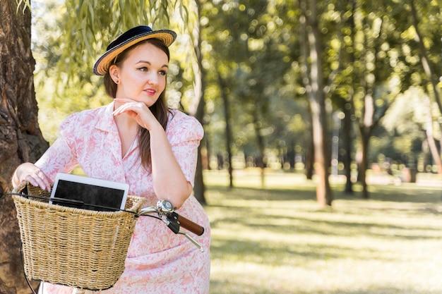 Elegancka młoda kobieta jedzie na rowerze