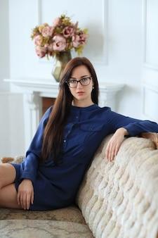 Elegancka młoda kobieta pozuje w domu