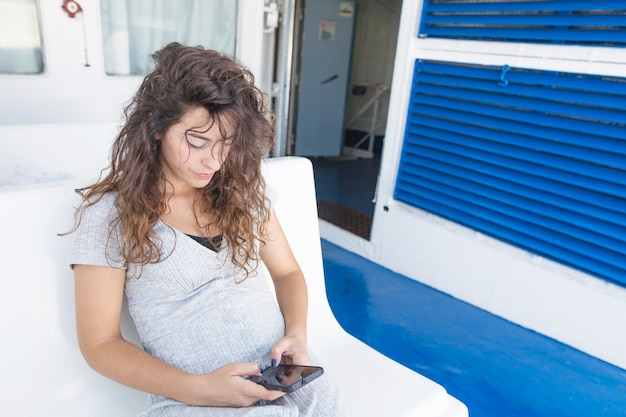 Elegancka młoda kobieta używa mądrze telefon