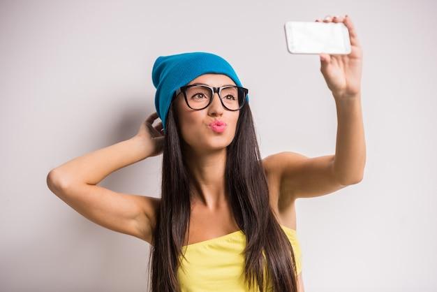 Elegancka młoda kobieta w kolorowych ubraniach ma zabawę.