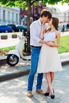 Elegancka młoda para zakochanych przytulanie, spacery w starym europejskim mieście