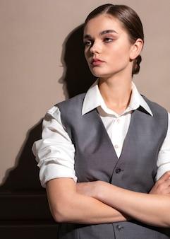 Elegancka modelka w eleganckim garniturze. nowa koncepcja kobiecości