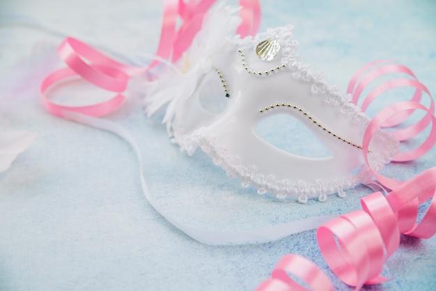 Elegancka ozdobna maska ze wstążkami