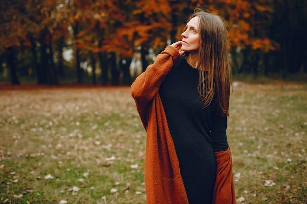 Elegancka para spędza czas w jesiennym parku