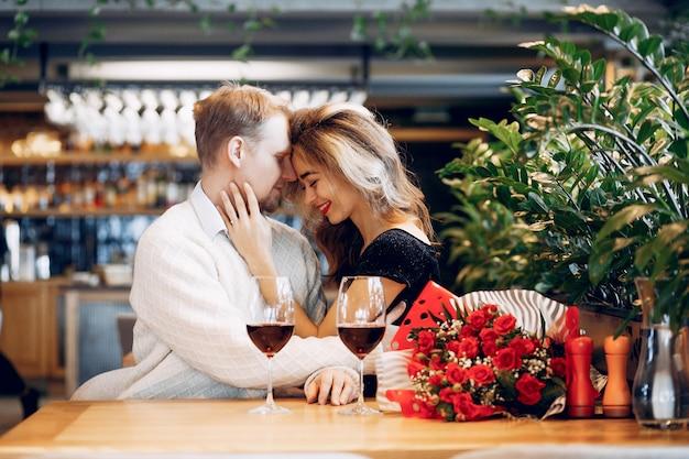 Elegancka para spędza czas w restauracji
