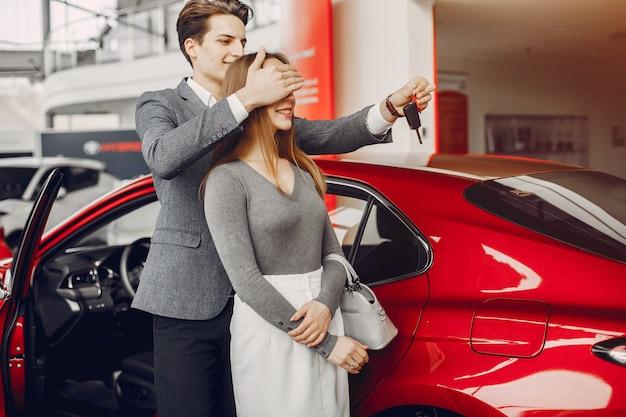 Elegancka para w samochodowym salonie